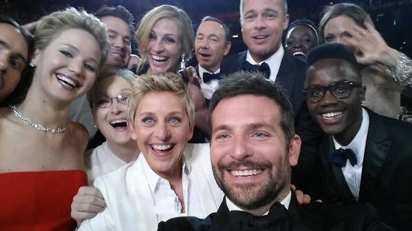 """Ellen DeGeneres e gli attori protagonisti di un """"selfie"""" di gruppo"""