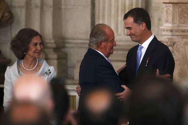 La Sofia e Juan Carlos, che abbraccia Felipe VI, re di Spagna dal 19 Giugno 2014 (foto AGI/Juan Medina)