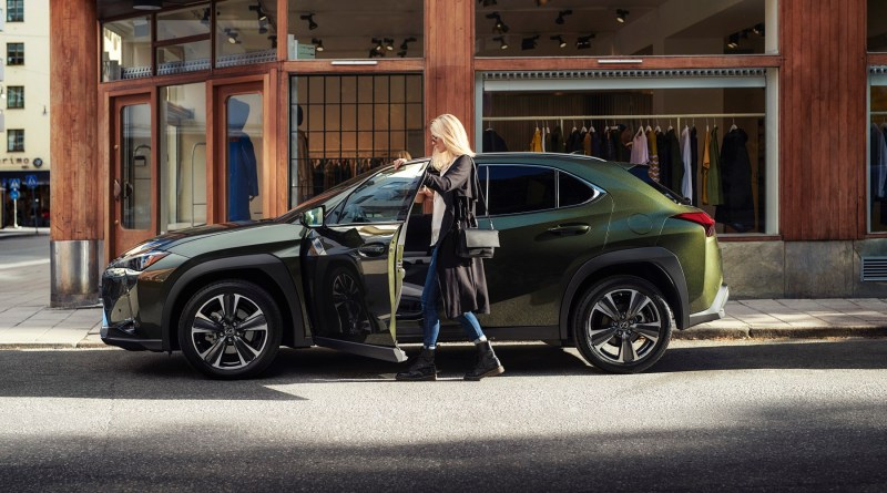 Lexus UX Hybrid esposto in anteprima all'apertura di Milano Fashion Week 2019