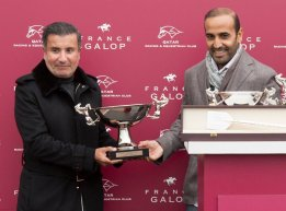Amyr-Du-Soleil-HH-Sheikh-Mohamed-Bin-Khalifa-Al-Thani-receiving-trophy-from-QREC-chairman-Mr.-Issa-Al-Mohannedi.