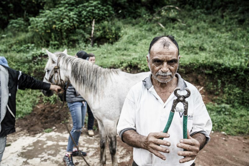 Don Roberto, a farrier in Guatemala who has improvised many of his tools.© Enrique Urdaneta