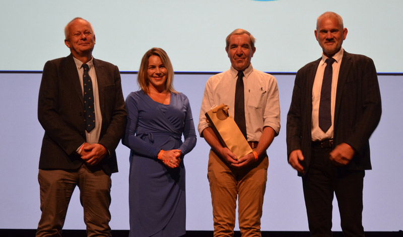 From left, Tim Mair and Lucy Grieve with BEVA Equine Welfare Award winner Lode E A De Smet, with Blue Cross Director of Veterinary Clinical Services David Catlow.