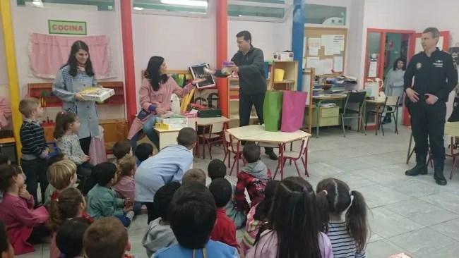 Alfafar entrega los premios de la exposición de carteles contra el absentismo escolar