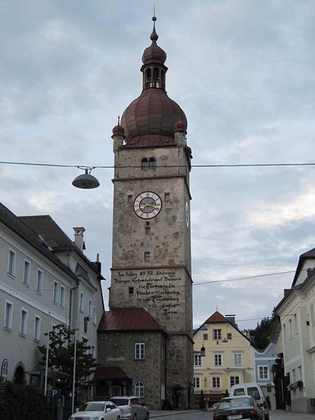 בניית המגדל מומנה על ידי מכירת השלל של הטורקים המובסים בשנת 1532