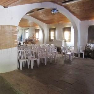 מבנה החזיון- יסודות הכנסיה נראים מימין.