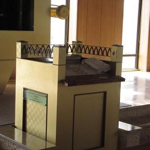 עמוד החזן כמו מזבח - בית כנסת שילה