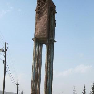 """פסל סביבתי של טומרקין שהוקם כהפגנה נגד הקמת הישוב. האת """"P"""" משלמל שלום או אולי פלסטין."""