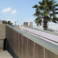 דמיון למזבח בכניסה לבית הכנסת
