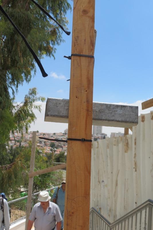 צלב בכניסה לבית קברות שייח' באדר