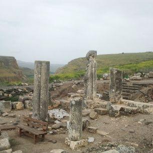 משקוף בית הכנסת העתיק בארבל בצד מזרח in situ, ברקע מצוק הארבלצילום: Hanay