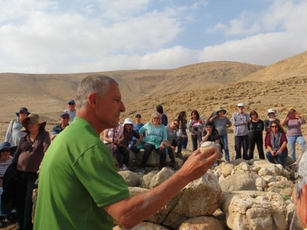 ראש אלילה מצרית בכף רגל ארגמן