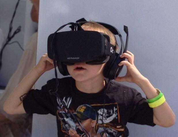 Boy wearing Oculus Rift צילום: Skydeas
