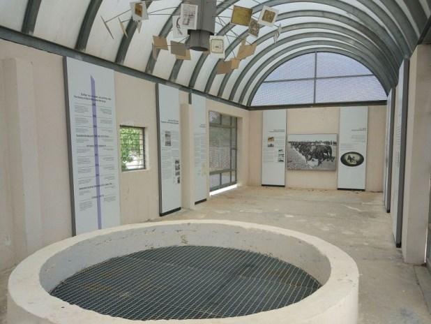 """מבט מתוך באר אנז""""ק בפארק גולדה. במקום תצוגה המוקדשת לפרשים הקלים האוסטרליים צילום:Shayshal2"""