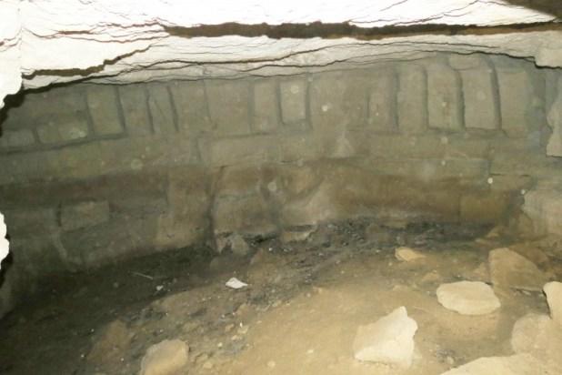 מחצבה עתיקה במערה מלאכותית - רואים את חריצי סיתות אבני הבניה