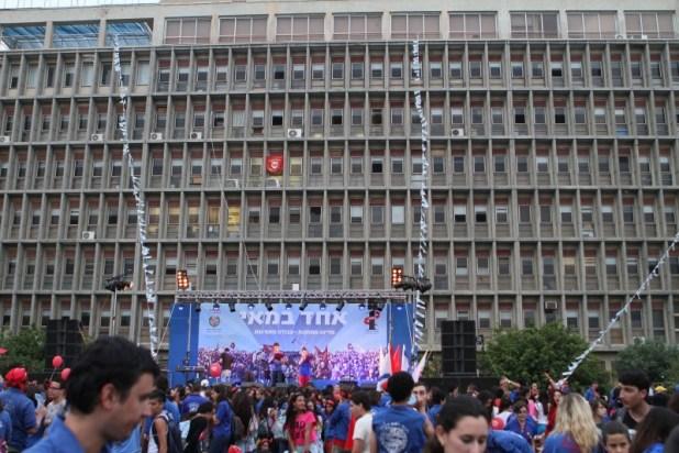 עצרת אחד במאי בשנת 2012 בהשתתפות תנועות הנוער בבית הסתדרות ברחוב ארלוזורוב בתל אביב. צילום:Ilan Costica
