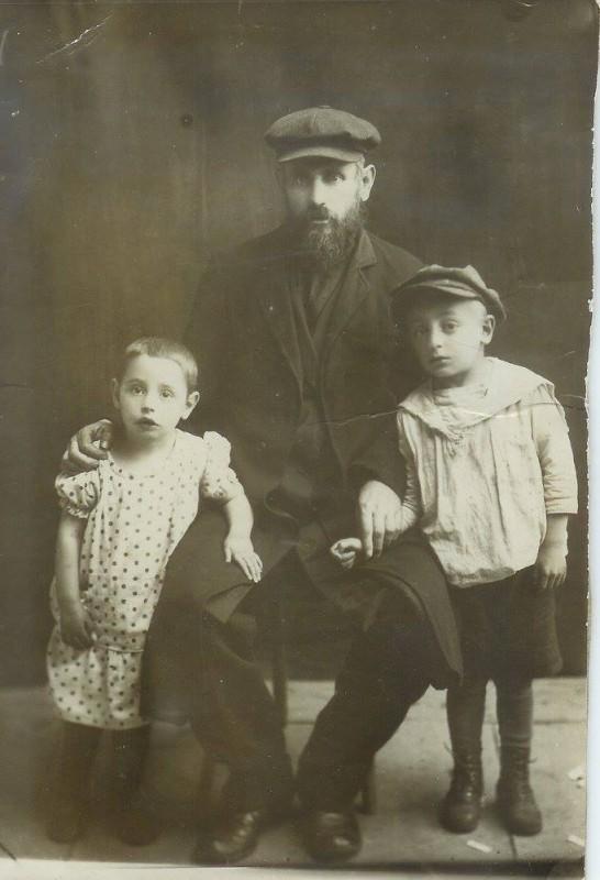 אליהו צבי (אליה גירש) כגן-כהן ושני ילדיו הקטנים: חיים ולאה ביילה. אליהו צבי גורש לסיביר ונפטר שם. הילדים נרצחו על ידי הנאצים בבוריסוב.