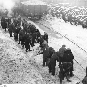 אסירים יהודים בגטו מינסק מפנים שלג בתחנה, פברואר 1942 Allgemeiner Deutscher Nachrichtendienst - Zentralbild (Bild 183) מספר גישה Bild 183-B07892