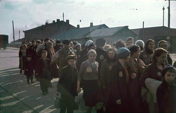 Minsk-Juden Column of prisoners of the Minsk ghetto on the street. 1941 הארכיון הפדרלי הגרמני Blue pencil.svg wikidata:Q685753 מיקום נוכחי Herrmann, Ernst - Bildbestand (N 1576 Bild) מספר גישה N 1576 Bild-006