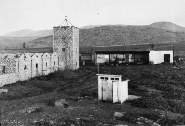 """מצודת חוקוק ב בשנות ה-40 - מצודת חוקוק, מבנה השירותים היה כמובן מחוץ למצודה. הבוץ והקור, הלילות החשוכים בחורף, יפים רק בסיפורים.Image :מצודת הפלמ""""ח בהאחזות, נוסח הקרדיט:ארכיון קיבוץ חוקוק"""