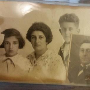 אדוארד וריינה ויינברג וילדיהם איזידור ובטסי. רק בטסי הצליחה לברוח לספרד ומשם לארץ ישראל.