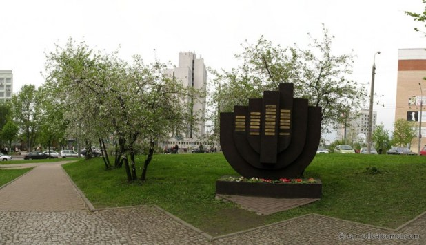 """Memorial outside the """"Yama"""" Photo:G r p"""