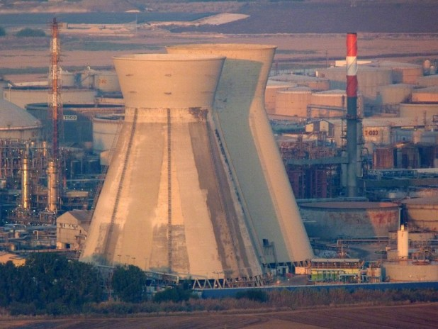 The iconic cooling towers of the Haifa oil refinery.צילום:Eneemann@gmail.com