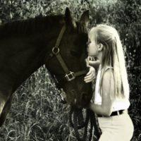 girl-kiss-horse,800x600,46249