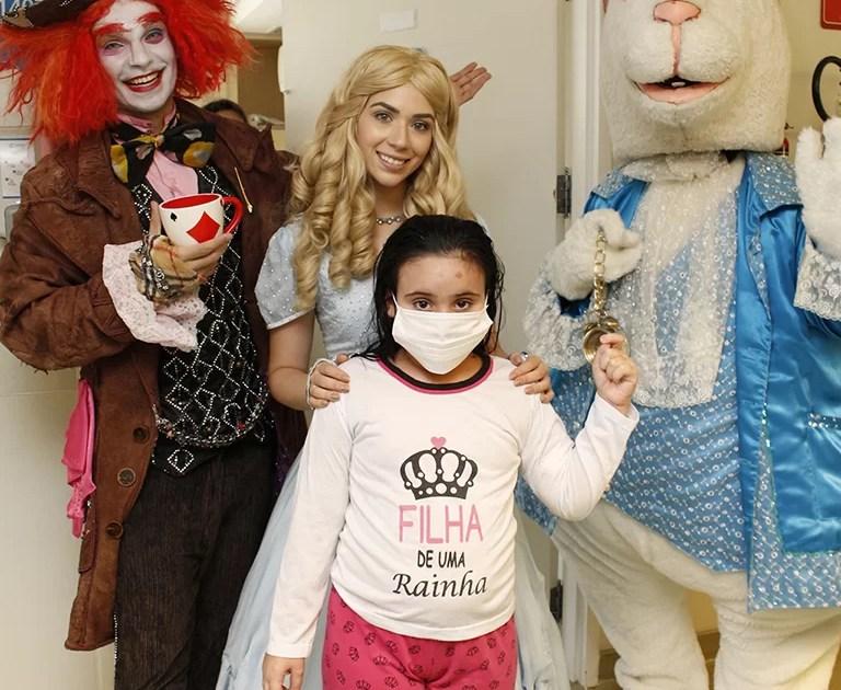 Alice visita crianças internadas no Sabará