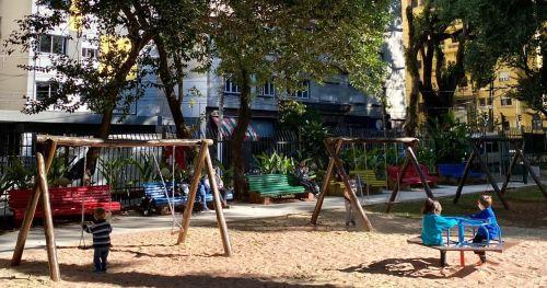 O Sabará, em parceria com o Cidades.co, financia a reforma de um parquinho público por ano na cidade de São Paulo