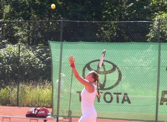 Playing tennis in Au Pair leasure time