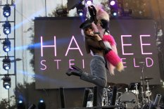 Hailee Steinfeld (29)