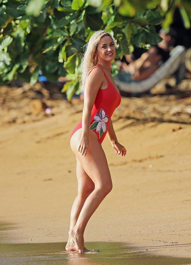 Katy Perry - Swimsuit Photoshoot Candids In Hawaii - Hot -7374