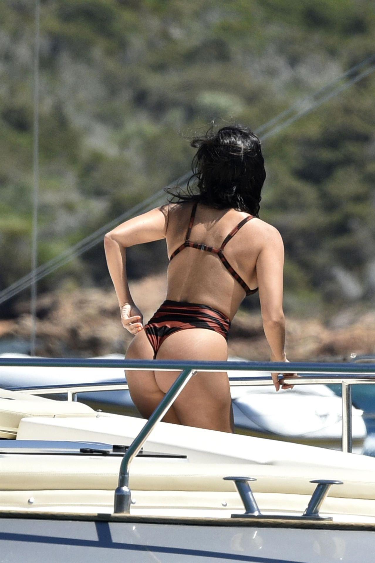 Kourtney Kardashian Sexy Bikini Body