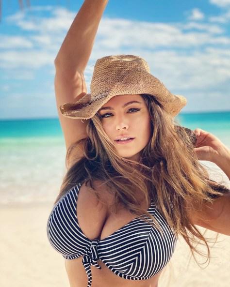 Kelly Brook Huge Boobs In Bikini