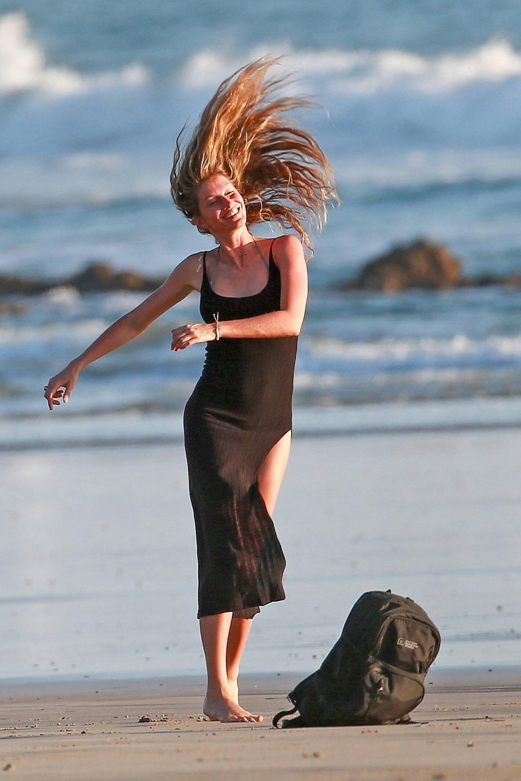 Gisele Bundchen In Bikini On Beach