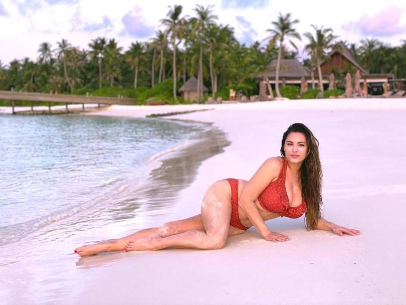 Kelly Brook Big Boobs In Bikini