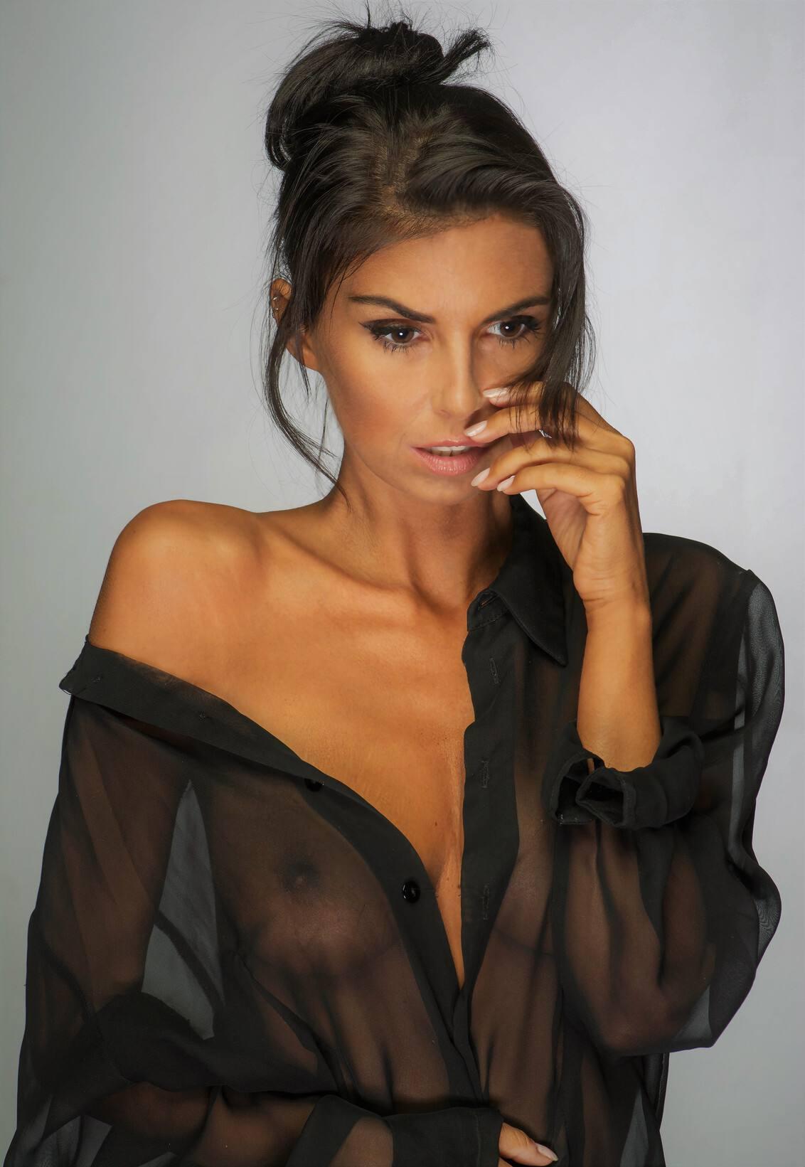 Laura Giraudi Sexy Braless Tits In Transparent Shirt