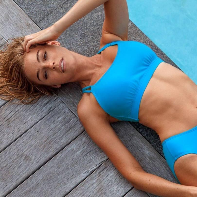 Elizabeth Turner Sexy In A Bikini