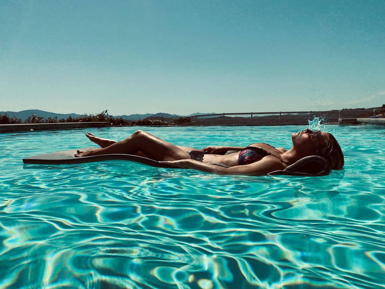 Jessica Simpson In Bikini In Pool