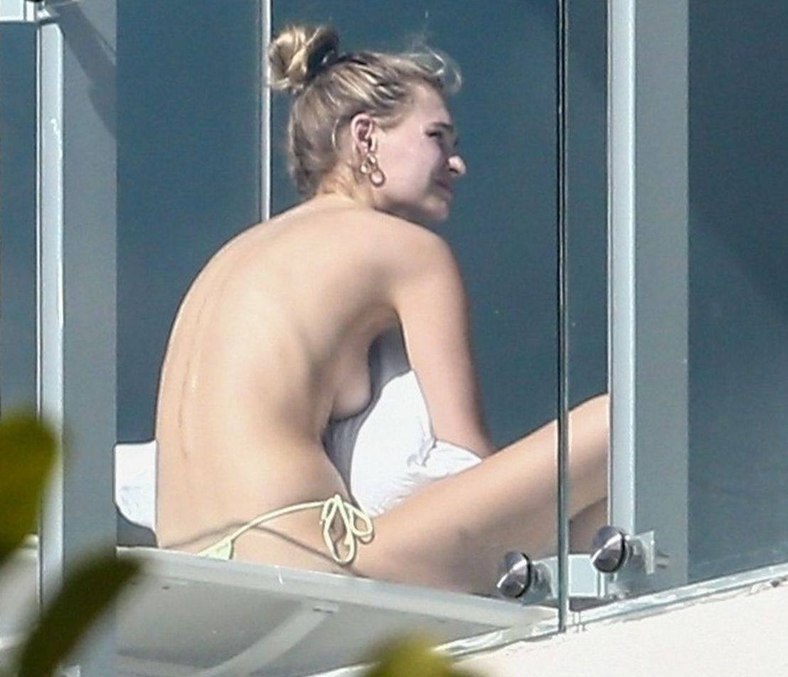 Roosmarijn De Kok Shows Her Sexy Body And Topless Boobs Sunbathing In Miami.