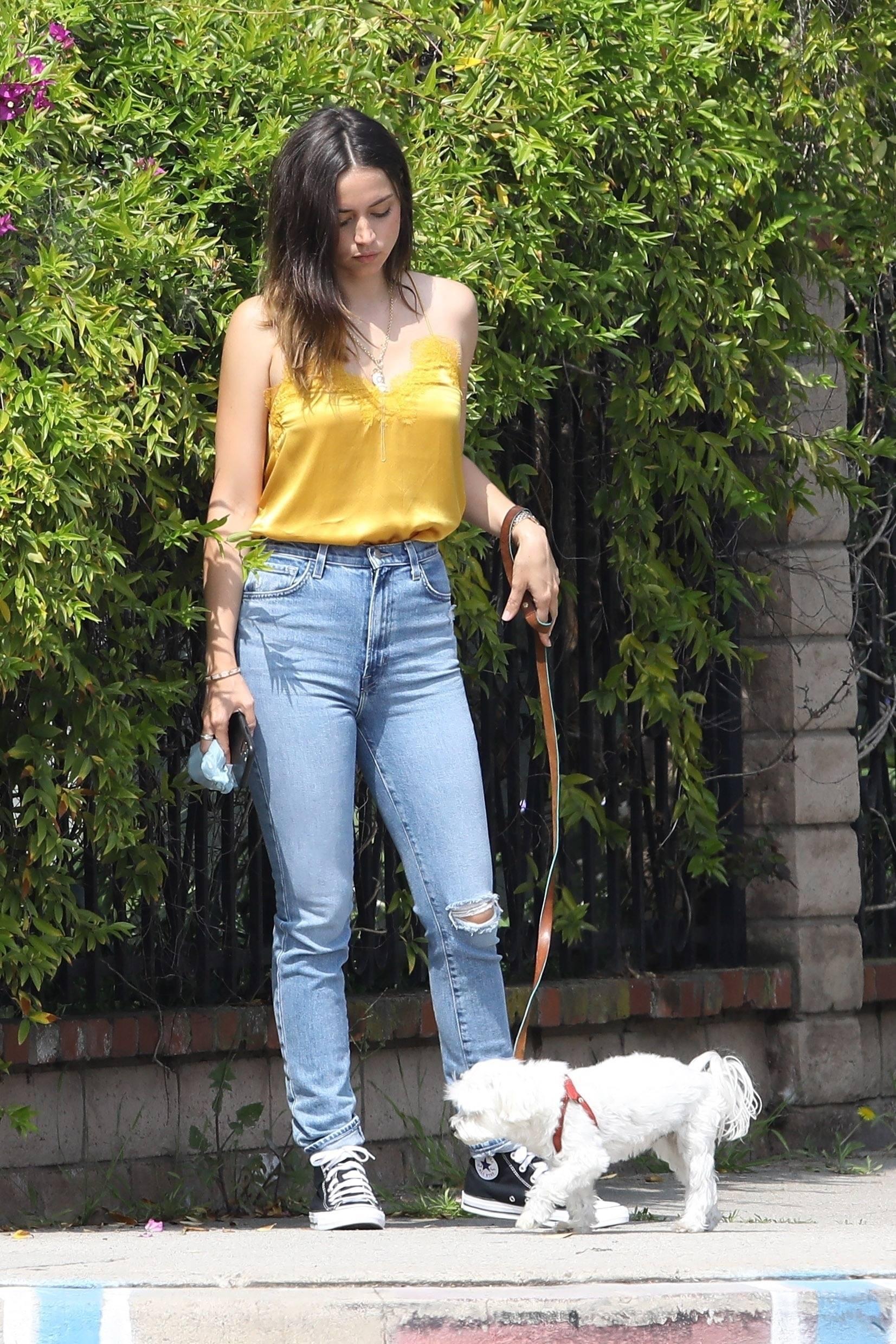 Ana De Armas Beautiful In Tight Jeans
