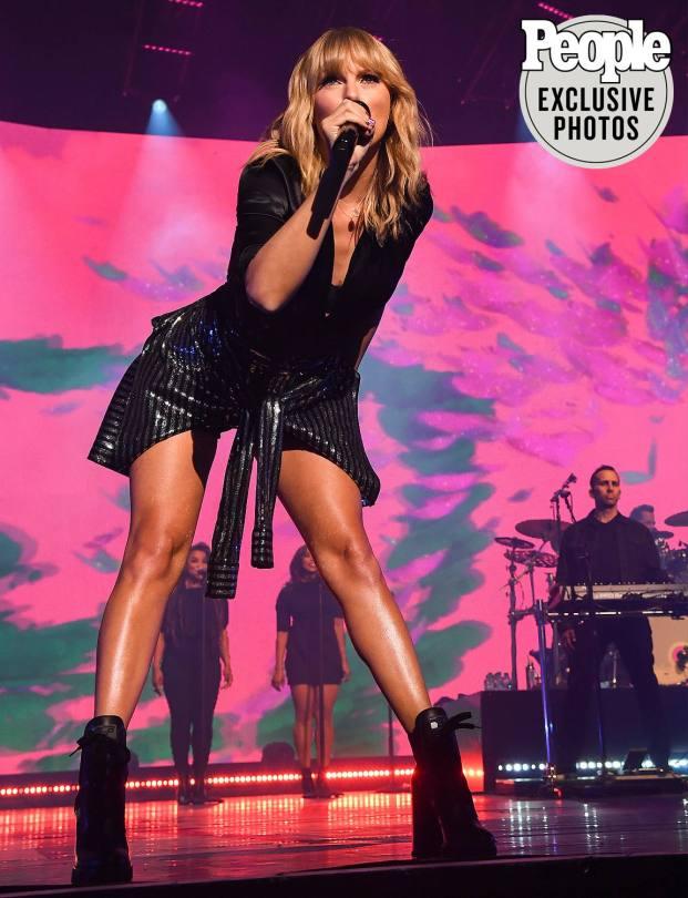 Taylor Swift Beautiful Legs