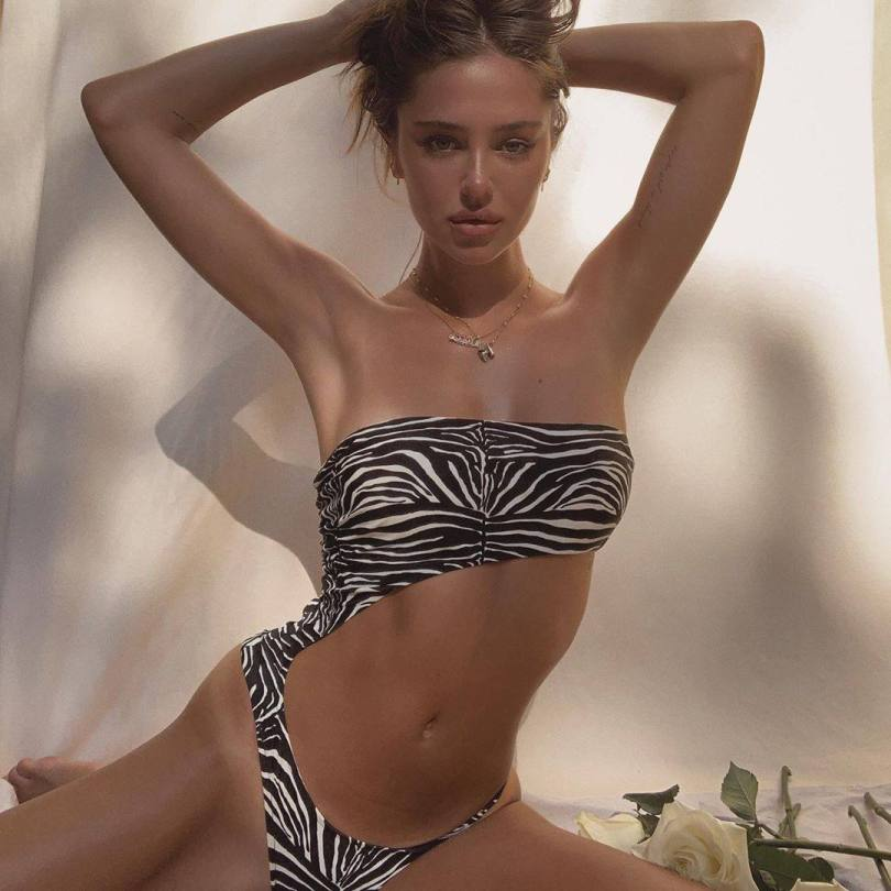 Delilah Belle Hamlin Hot In Bikini