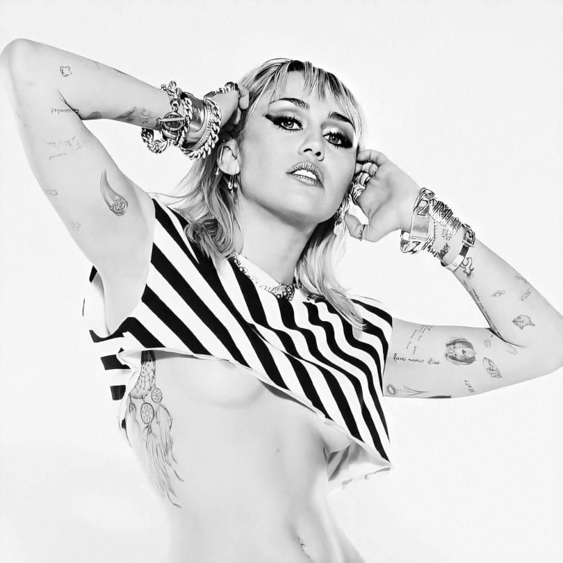 Miley Cyrus Beautiful Braless Tits