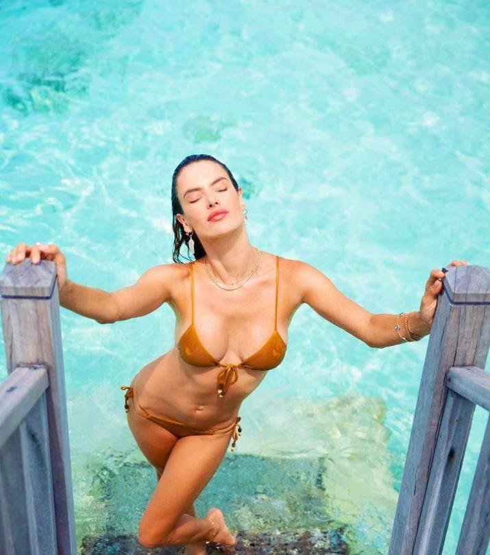 Alessandra Ambrosio In Pool