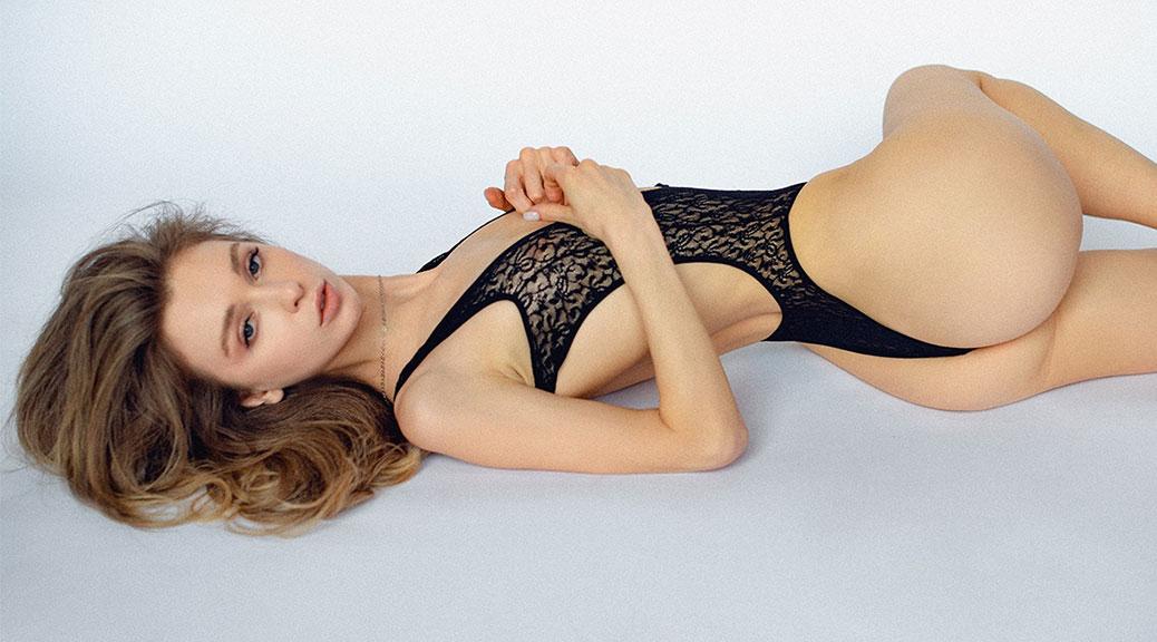Anna Tsaralunga - Sexy Body in Beautiful Topless