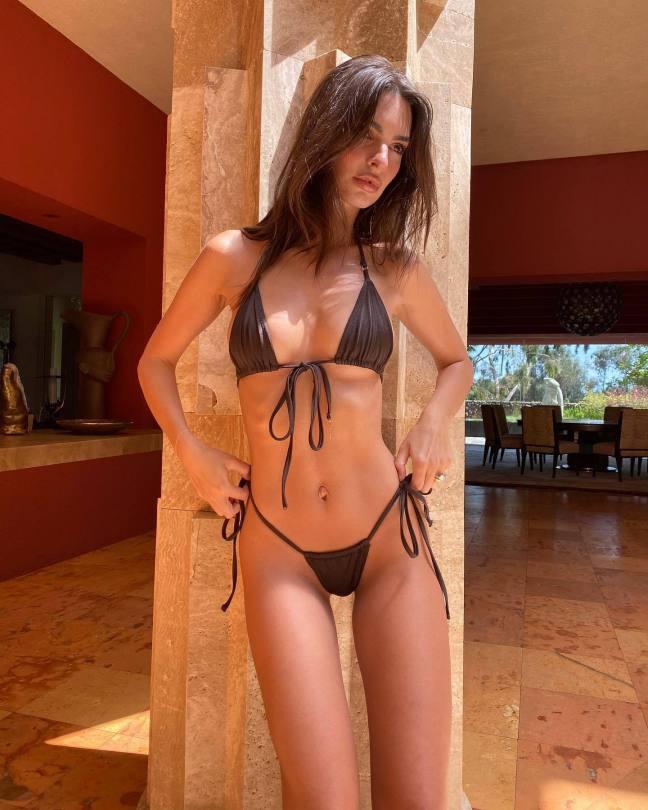 Emily Ratajkowski Beautiful In Tiny Bikini