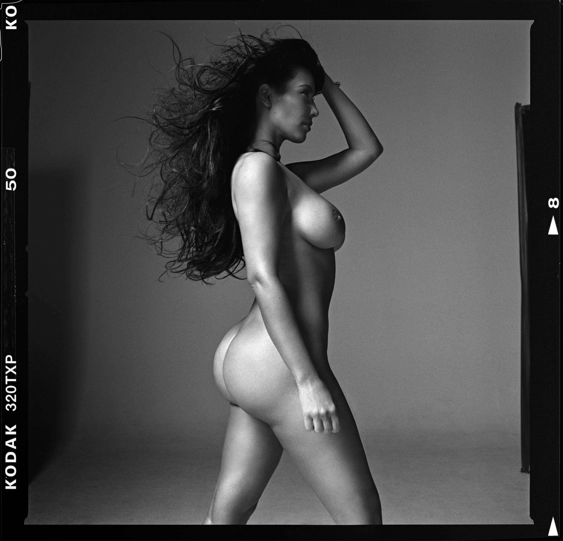 Kim Kardashian potpuno gola - fotografija 03