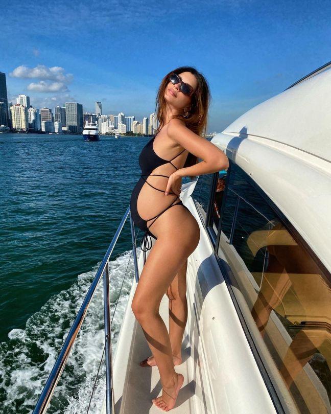 Emily Ratajkowski Pregnant In Black Sexy Swimsuit