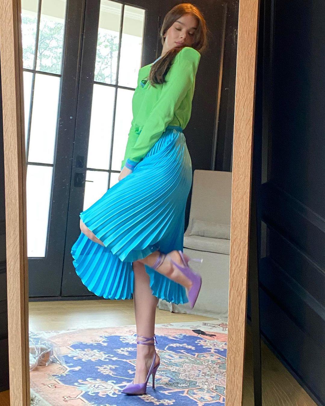 Hailee Steinfeld Sexy In Skirt